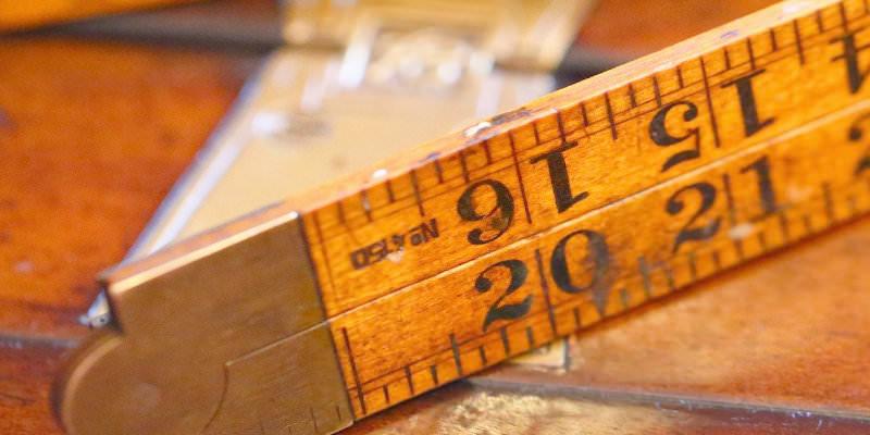 Bilderrahmen Zollstock auf Holztisch